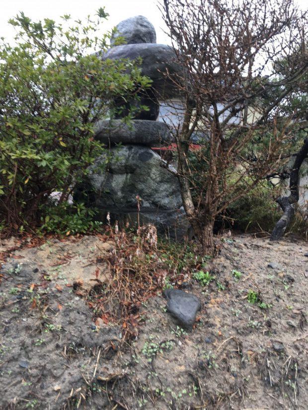 【胎内市西本町】大きな庭石、灯篭の撤去☆ずっと悩んでいた大きな庭石がなくなり、お客様にご満足いただけたようです!
